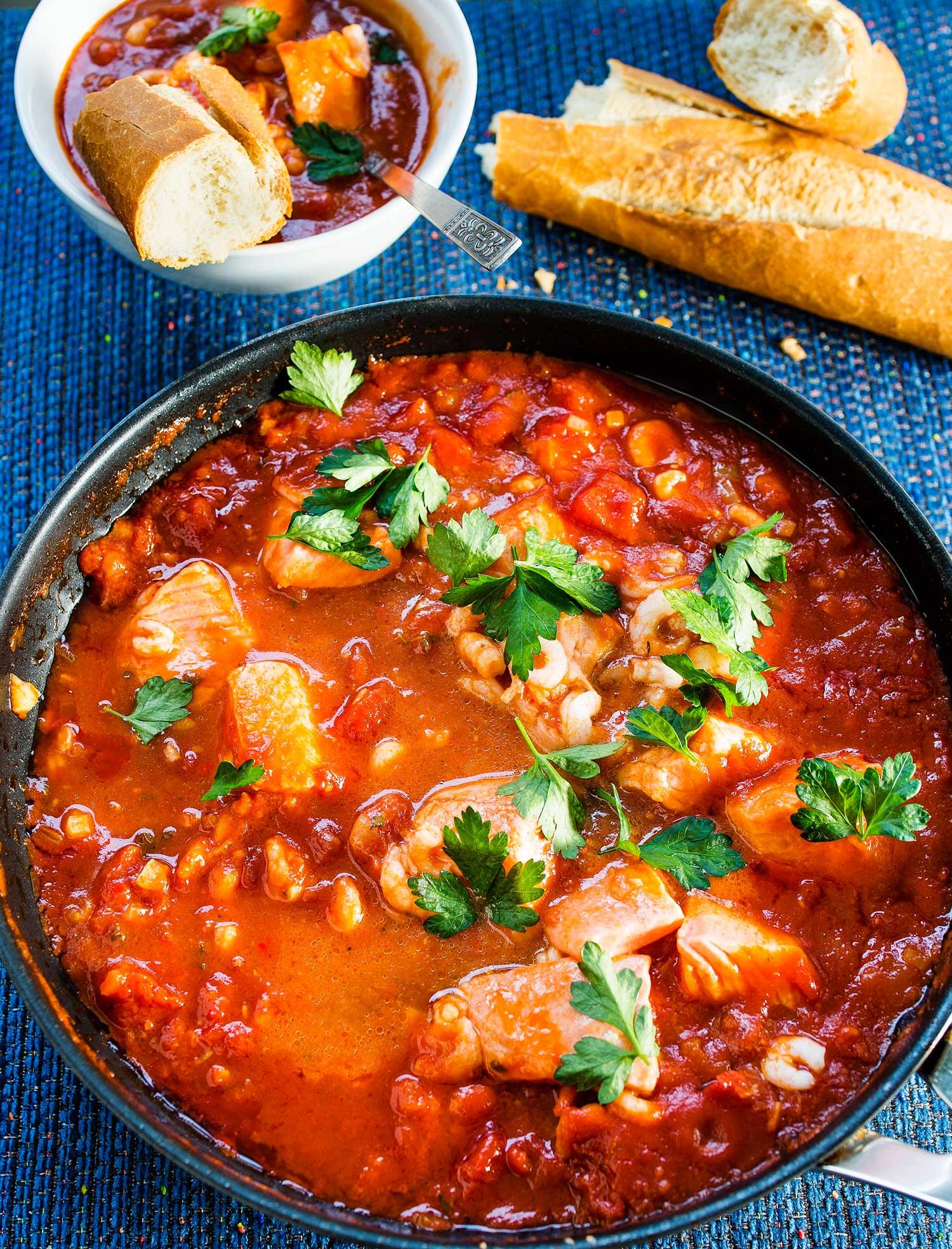 tomaattinen kala-katkarapupata
