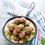 Jauheliharuoat ovat suomalaisten suosikkiruokien kärkisijoilla. Perinteiset lihapullat tarjotaan ruskean kastikkeen kera.