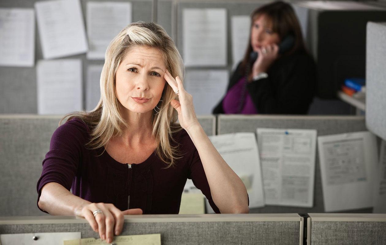 Onko työkaverisi energiasyöppö? Näin negatiivinen kollega vaikuttaa työhösi – ja jopa parisuhteeseesi!