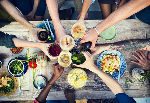 Illanistujaiset ruokapöydän ääressä