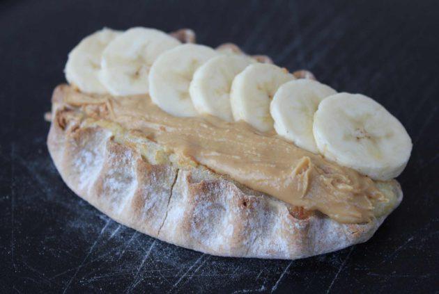 Moilas riisipiirakka maapähkinävoilla ja banaanilla