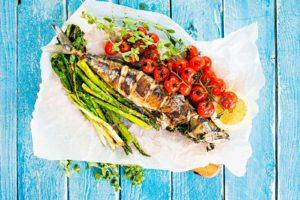 Grillattua kalaa ja kesavihanneksia