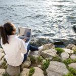 Pilaavatko työmeilit kesälomasi? Lomalla töihin kannattaa ottaa etäisyyttä, jotta mielikin ehtii levätä.