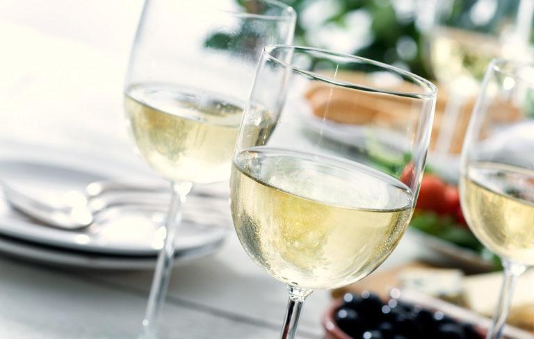 Parhaat valkoviinit kesän ruokapöytiin