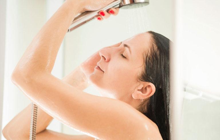 Kannattaako suihkuun mennä aamulla vai illalla? Kysyimme asiantuntijalta