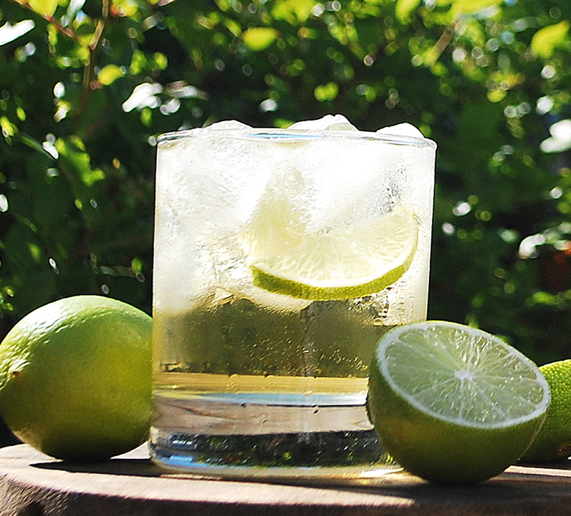 Gimlet-cocktail ja limeä