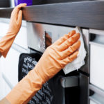 Rosteripintojen puhdistukseen kannattaa käyttää pehmeitä siivousvälineitä, jotta pintoihin ei pääse syntymään naarmuja.