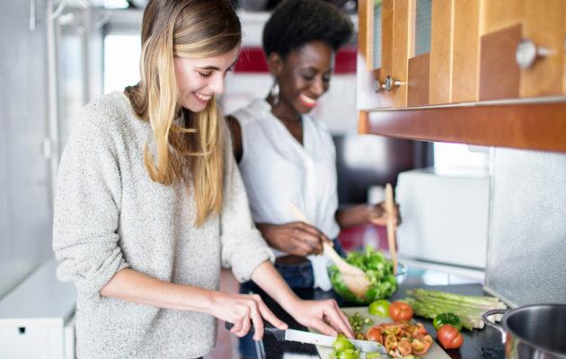 Kännykän kamera valmiustilaan, vegaaniruoka on pian valmista!
