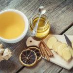 Valmista kuuma flunssajuoma hunajasta ja inkivääristä. Mausta kanelilla ja sitruunalla.