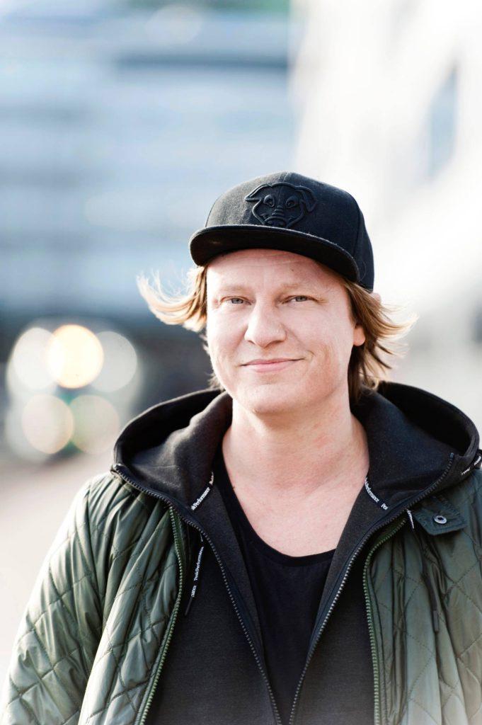 - Haluan tehdä kaiken isosti. Tämä on syy myös aamuohjelman tekemiseen. Jos haluaa juontaa Suomen kuunnelluinta radio-ohjelmaa, työaika on aamuisin, sanoo Jaajo Linnonmaa.