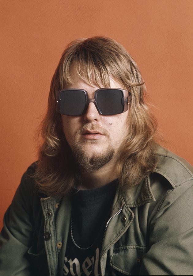 Hippivaatteita, 70-luvun aurinkolasit ja otsatukka – Näin Hectorin tyyli on muuttunut!