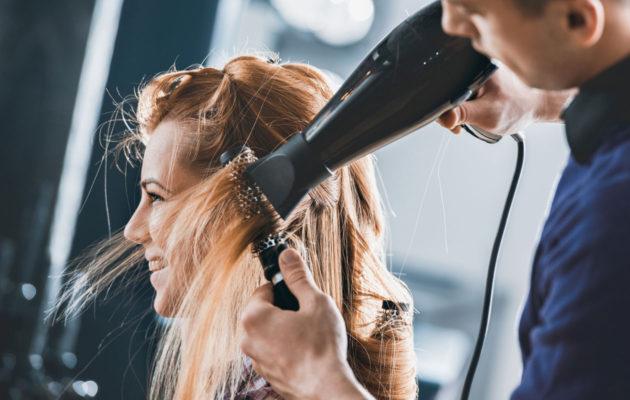 Föönaus onnistuu hyvin, kun muistaa muutaman säännön: hiukset kannattaa kuivata osissa, ja hiustenkuivaajan puhallusilma tulisi suunnata tyvestä latvaa kohti.