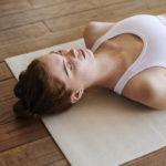 Lempeä jooga rentouttaa sekä kehoa että mieltä.