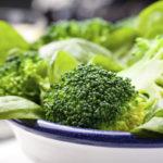 Tummanvihreät kasvikset, kuten parsakaali ja pinaatti, ovat erinomaisia folaatin lähteitä.