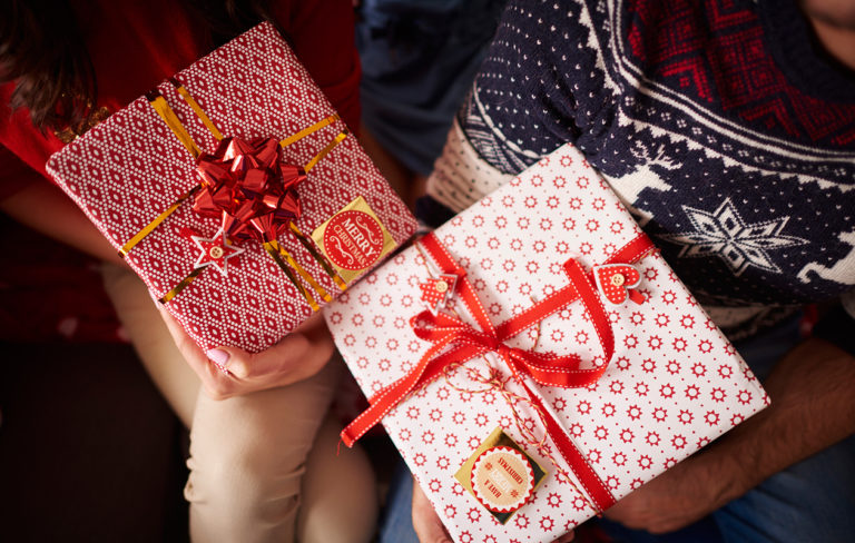 Näitä asioita naiset toivovat lahjaksi kumppaniltaan – joululahjavinkit naiselle