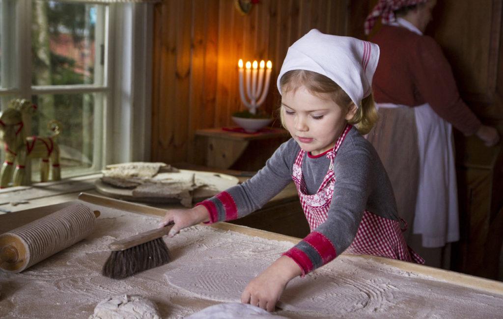 Viime vuoden joulutervehdyksessä prinsessa Estelle leipoi tunnbrödiä eli perinteistä ruotsalaista rieskaa.