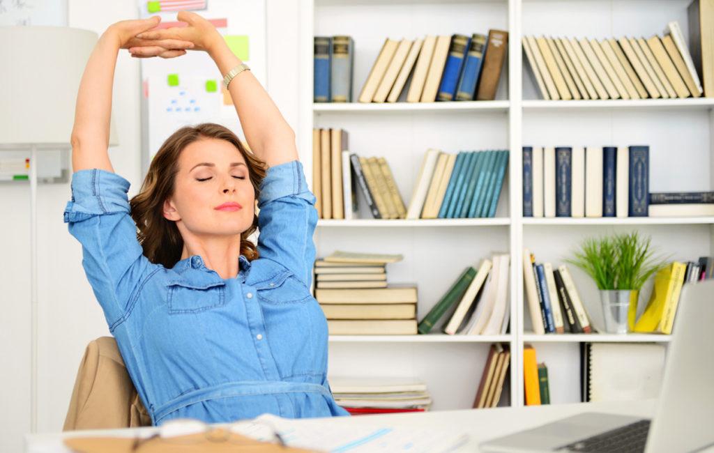 Jos väsymys iskee väärällä hetkellä, nouse ylös venyttelemään tai sulje silmäsi ja hengitä hetki syvään.