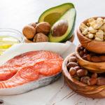 Terveellistä rasva saa muun muassa lohesta, kasviöljyistä, avokadosta ja pähkinöistä.
