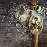 Esimerkiksi erilaiset pähkinät ja siemenet sisältävät hyviä rasvoja.