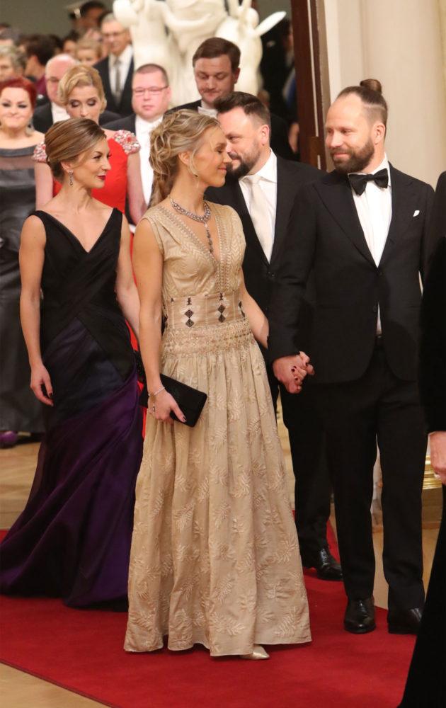 Tuomas ja Jenni Milonoff saapuivat käsi kädessä kättelemään presidenttiparia. Takana Riku Rantala vaimoineen.