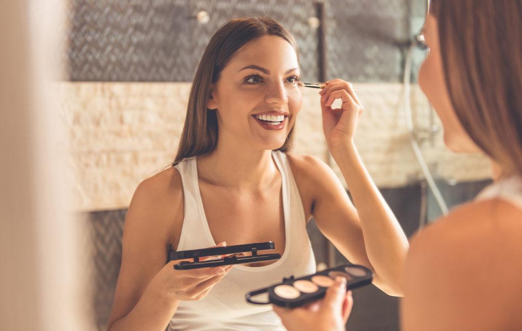 Pinttyneitä kauneusrutiineja on vaikea muuttaa pelkästään peiliin katsomalla.