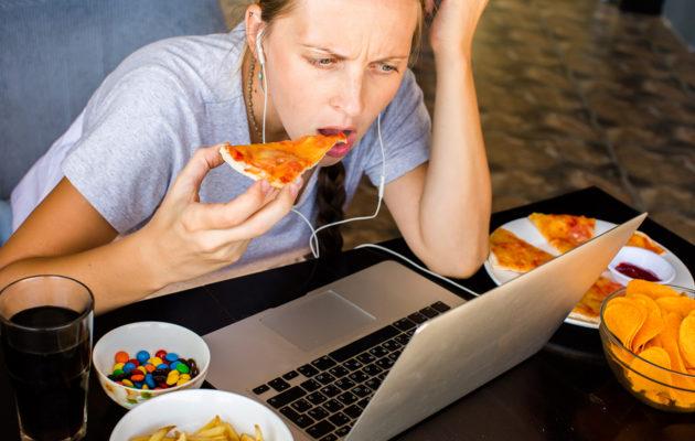 Väsyneenä suuhun tulee helposti lappaneeksi epäterveellisiä herkkuja.