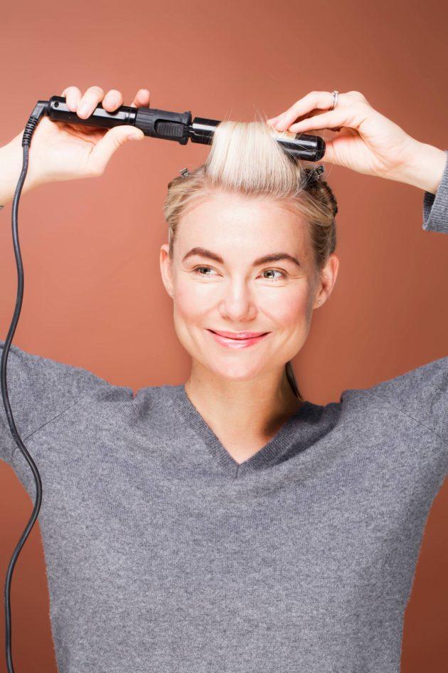 Jaa hiukset noin viiteen osaan kihartamisen helpottamiseksi. Suihkuta  jokaiseen osaan lämpösuojasuihketta ennen kihartamista. c738cb2511