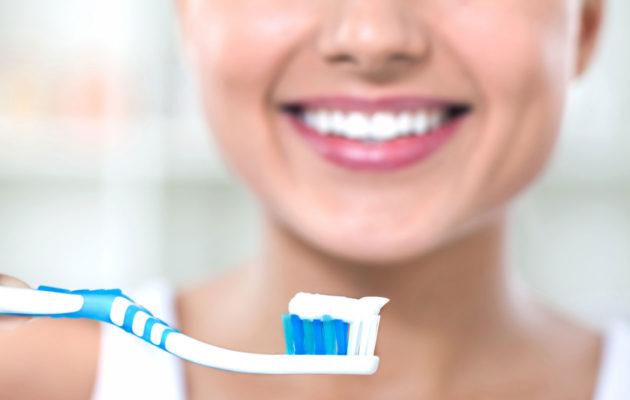 Hampaiden tummuminen voi johtua kiillettä ohentaneen hammastahnan käytöstä.