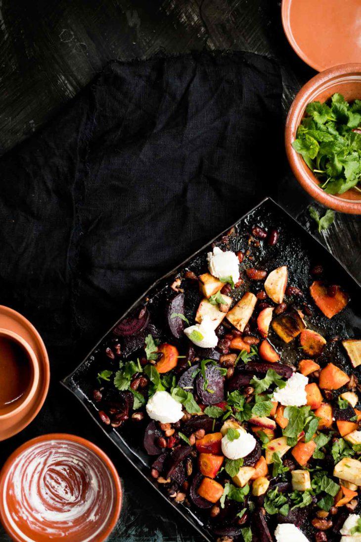 appelsiinimarinoituja uunijuureksia, papuja ja mascarponejuustoa