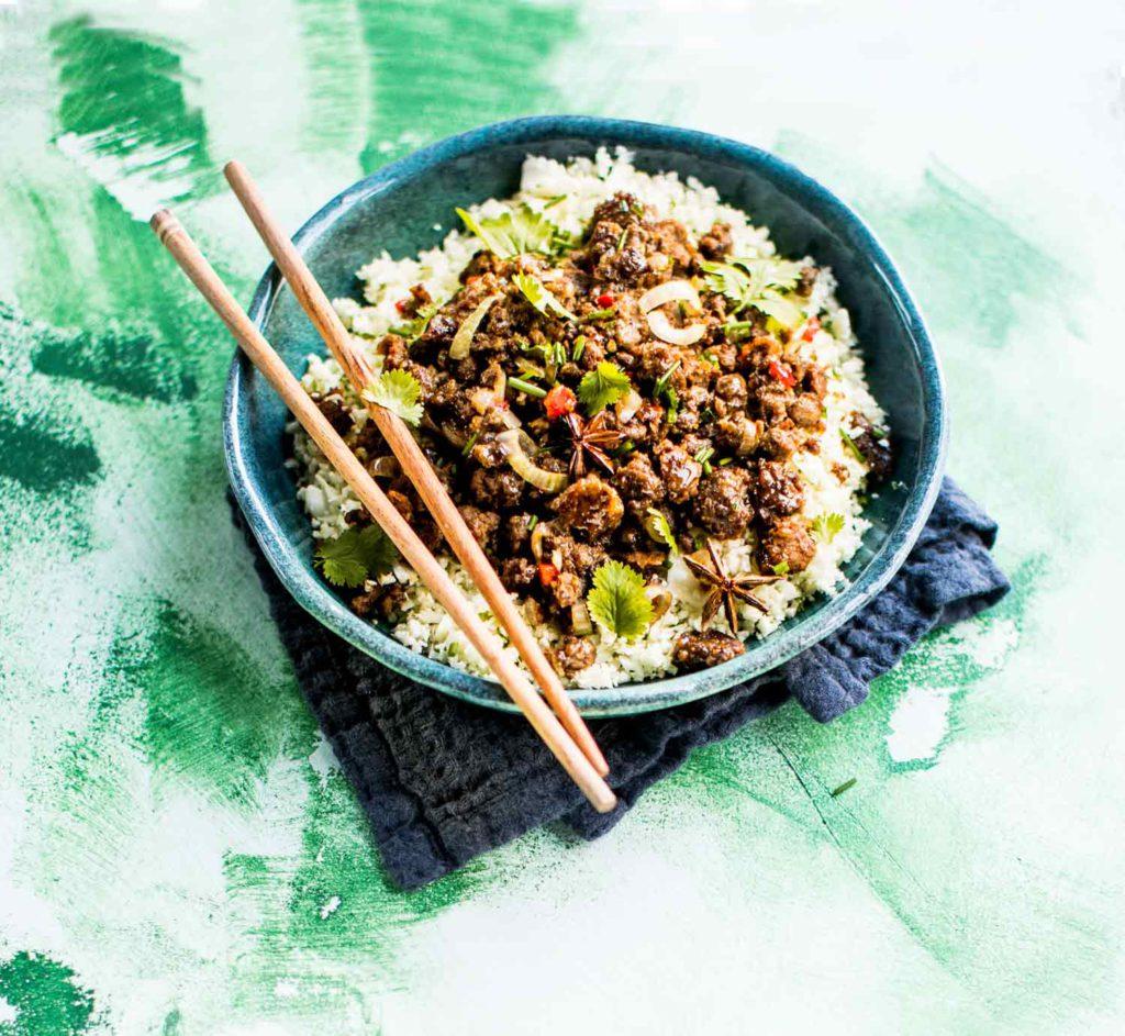 Tähtianis ja hoisinkastike antavat ruoalle kiinalaisen makuvivahteen. Kypsennä kukkakaaliriisiä vain hetki, jotta siihen jää purutuntumaa.