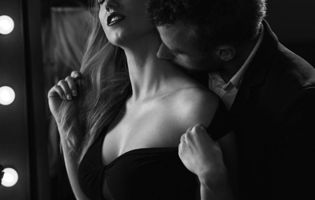 Niskan koskettelu takaapäin on erityisen kiihottavaa, sillä ihmisen tuntoaisti herkistyy, kun hän ei näe koskettelijaa.