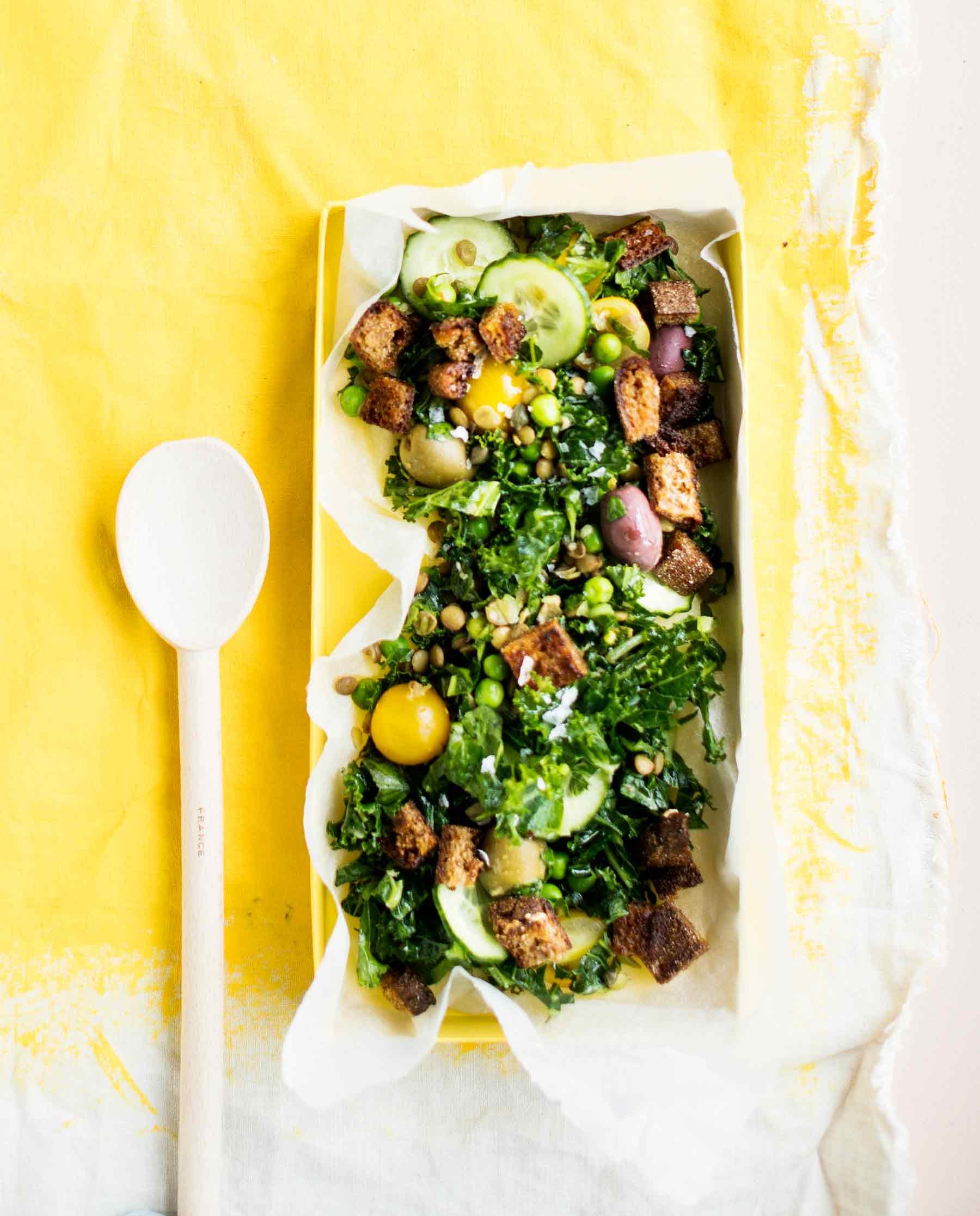 vihreä linssi-leipäsalaatti