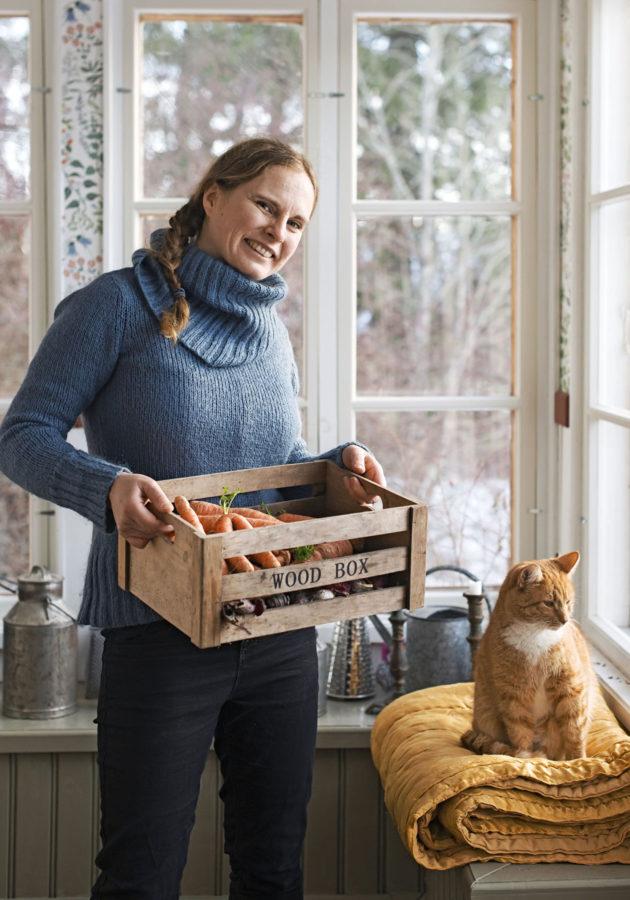 Talvella Maria Österåker valmistaa 17-, 15-, ja 11-vuotiaille lapsilleen ruokaa edelliskesän sadosta.