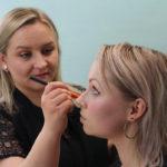 Glitz & Glam -blogin Minna Hirvonen antaa Katrille vinkkejä arkimeikin parantamiseen.