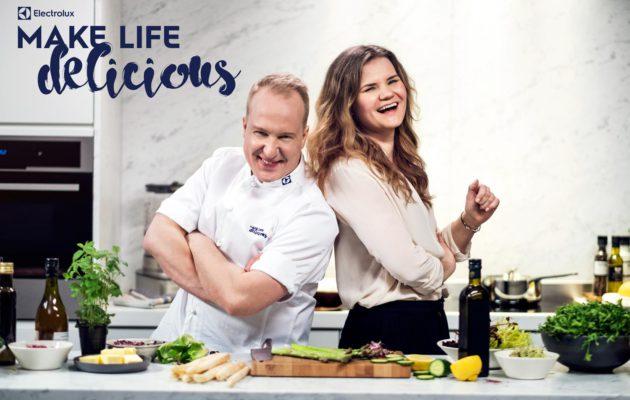 Kristian Vuojärvi ja Eeva Kolu kokosivat brunssipöydän herkullisimmat ruoat, jotka valmistuvat Electroluxin höyryuunilla ja induktiotasolla.