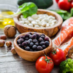 Marjat, tomaatti, parsakaali, lohi, oliiviöljy, pähkinät, täysjyvävilja ja pavut pitävät telomeerit kunnossa ja edistävät pitkää ikää.