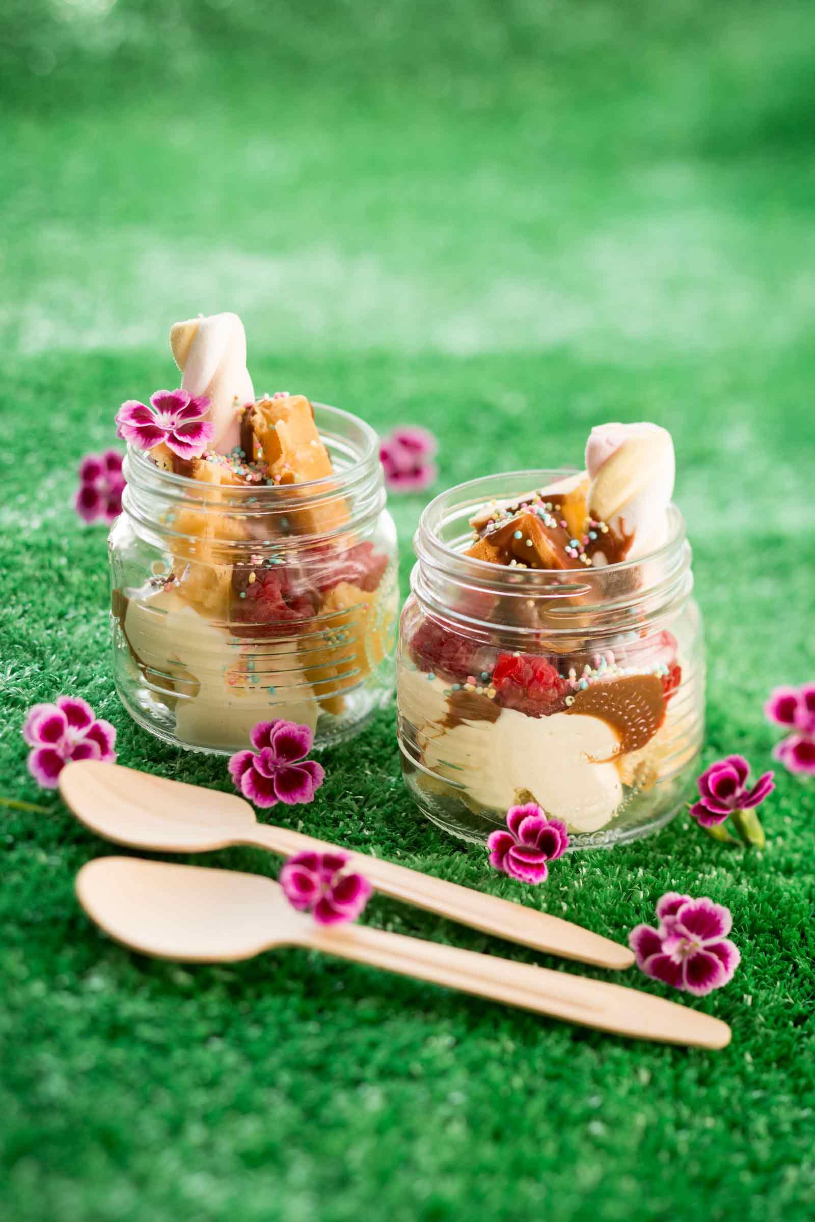 Vohveli-vaahtokarkki-herkkupurkit on helppo jälkiruoka äitienpäiväksi.
