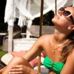 Auringossa ei kannata olla sen kuumimpina tunteina eli noin kello 11–15 välillä, sillä silloin myös palamisen riski on suurimmillaan.