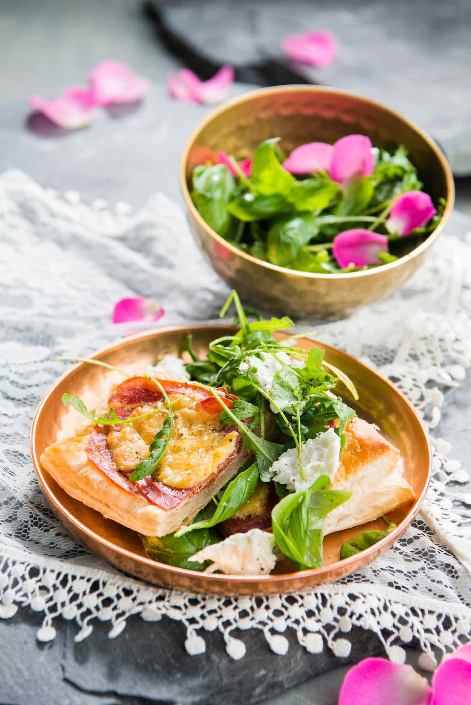 nopeat kinkkupiiraat ja basilika-rucolasalaattia