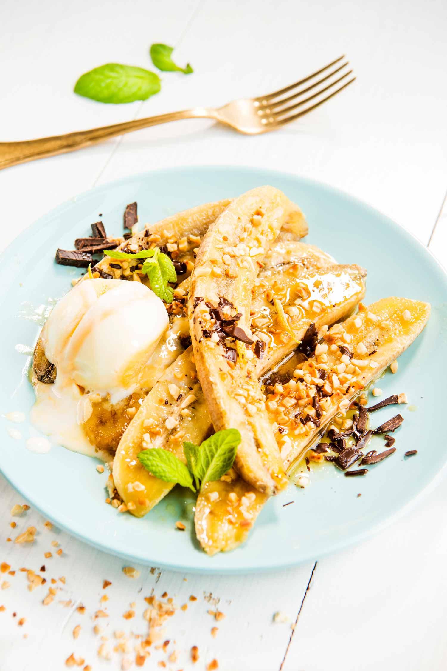 Karamellin makeiksi paahtuneet banaanit jäätelön kanssa tarjottuna ovat helppo jälkiruoka äitienpäivään.