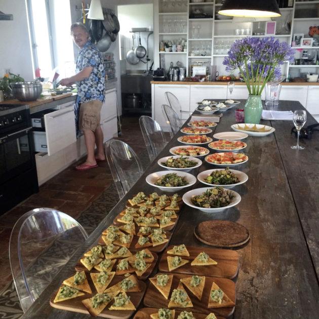 Jyrki Sukula kokkasi matkalaisille sen seitsemän sortin illallisen kotonaan.