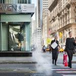 New Yorkin Fifth Avenuen luksuspuodit sijaitsevat Keskuspuiston tuntumassa. Edullisemmat ketjukaupat odottavat alempana Manhattanilla.