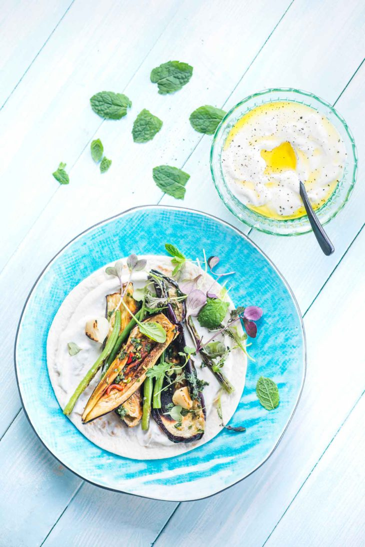 grillattu munakoiso-papupitaleipä ja jogurttikastiketta -resepti