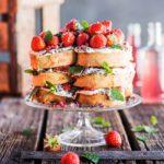 Mansikat kuuluvat kesään – mitäpä jos tekisit suussasulavan mansikkakakun kääretorttupaloista?