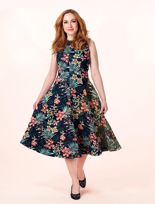 Kellohelmainen mekko imartelee monia eri vartalotyyppejä.