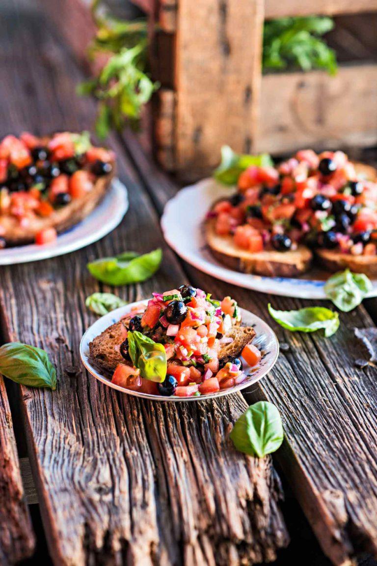 tomaatti-mustikkabruschettat