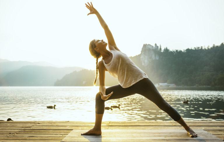 Jo muutaman minuutin aamujooga lisää energiaa ja parantaa ruoansulatusta.