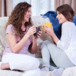 Sisarusten kanssa lapsuuden muistelu ja läpikäyminen voi olla mukavaa ja avartavaa. Ketään ei kuitenkaan saisi siihen pakottaa. Jollekin aika ei välttämättä ole vielä oikea, sanoo sisarussuhteita tutkinut psykologi Pia Kaulio.