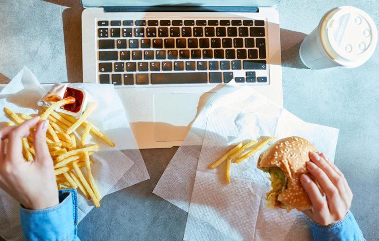 Näistä merkeistä tiedät, vaikuttavatko tunteet syömiseesi