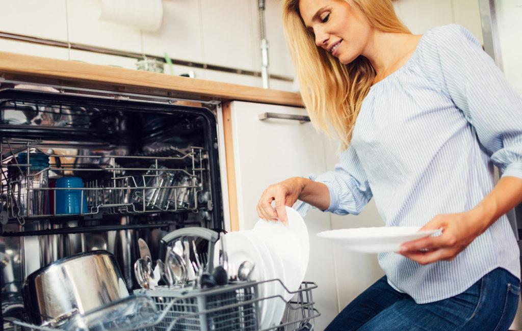 Pyyhi ennen puhdistusta koneen sisäpinnat, luukun reunat ja tiivisteet kostella rätillä. Myös astianpesukoneen jätesiivilä kannattaa huuhdella.